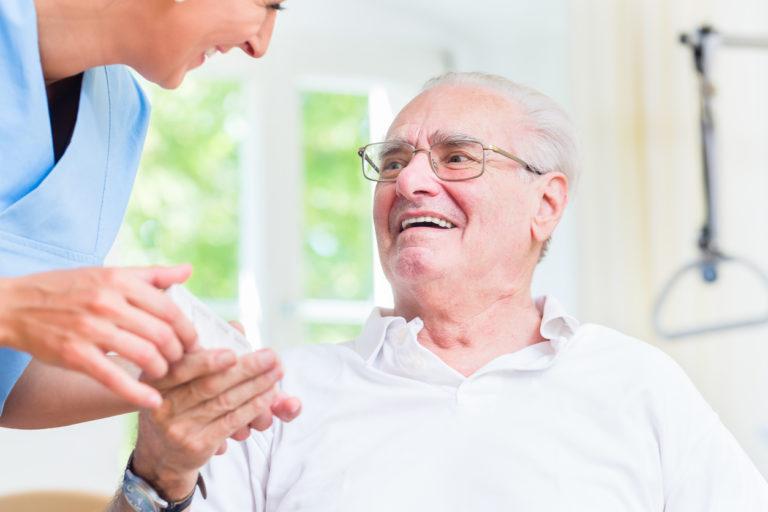 Enfermera dando medicamentos hombre senior - Foto de stock